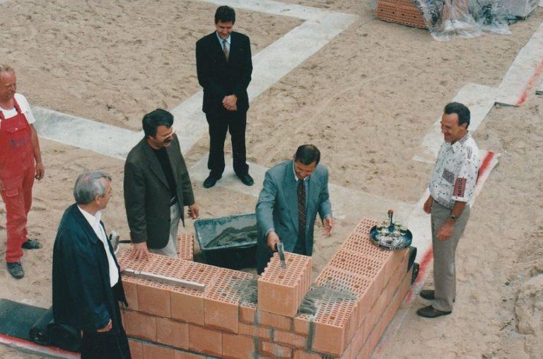 m 1996-06_Grundsteinlegung2NeueHauser_SchollSymbolische3HammerschlageMit2Wunschen